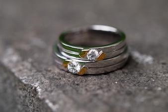 Diamant-Trauringe auf einem Stein