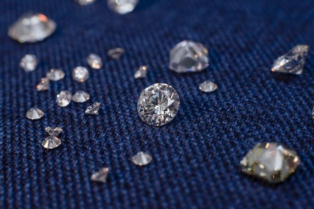 Diamanten auf blauer filzoberfläche