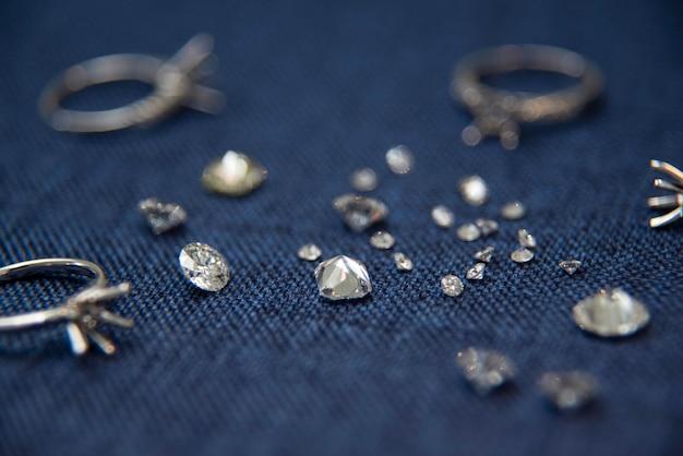 Diamanten und ringe auf blauer oberfläche