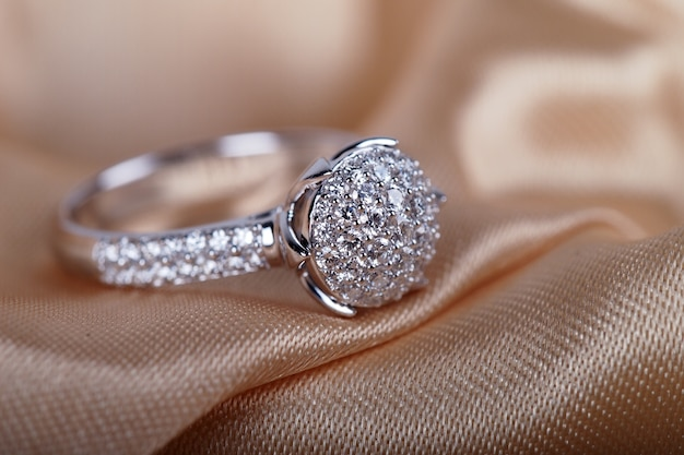 Diamantring auf dem satinhintergrund