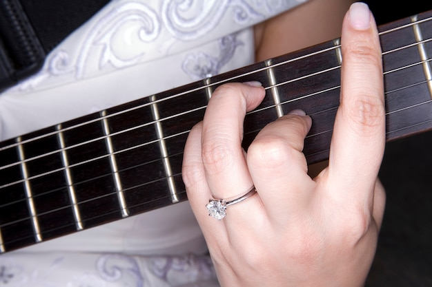 Diamantring auf der hand, die gitarre spielt