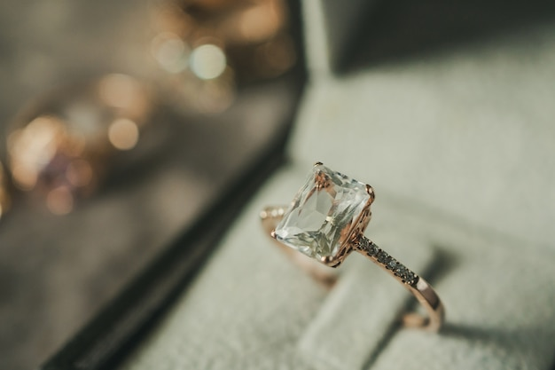 Diamantring im vintage-stil der schmuckschatulle
