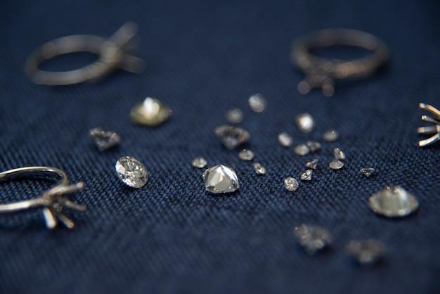 Diamantschmuckring auf einem blauen hintergrund, der edelsteine verkauft