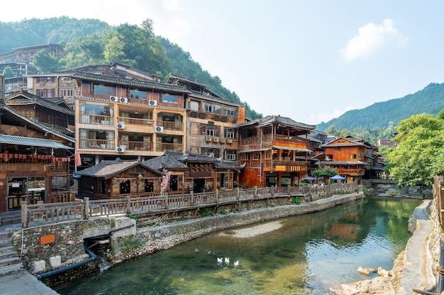 Diaojiaolou im dorf xijiang miao, guizhou, china.