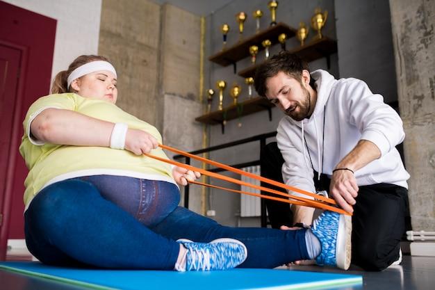 Dicke frau in der fitnessklasse