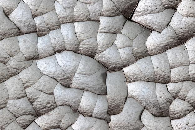 Dicke lackschichten, die gesprungen, geschwollen und mit einer staubschicht bedeckt sind.