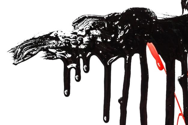 Dicke schwarze und rote farbe isoliert auf weißem hintergrund. farbe fließt