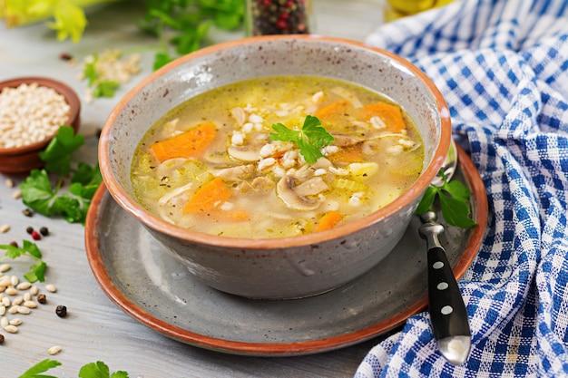 Dicke suppe mit graupen, sellerie, hähnchen und champignons. diätmenü