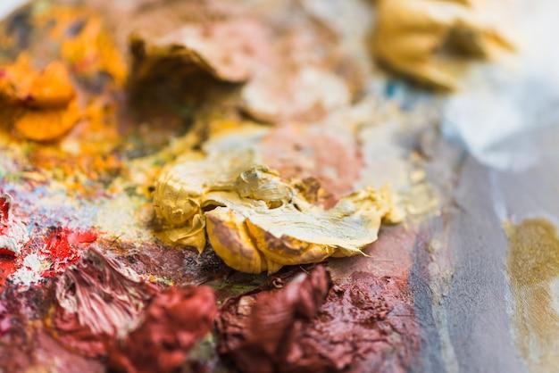 Dicker anstrich auf schmutziger palette