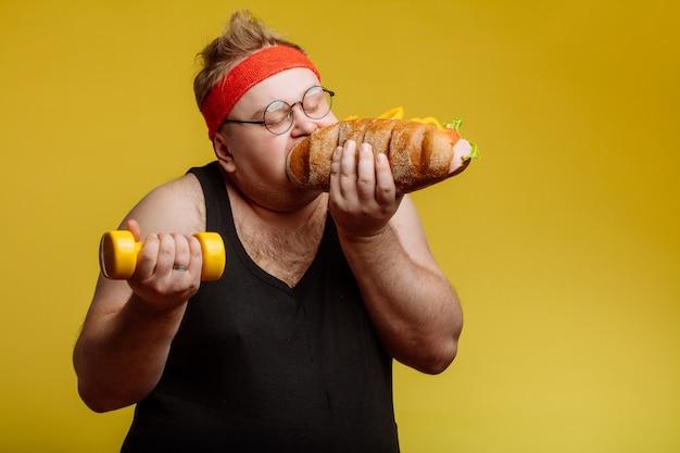 Dicker mann, der fast-food-hamburger isst