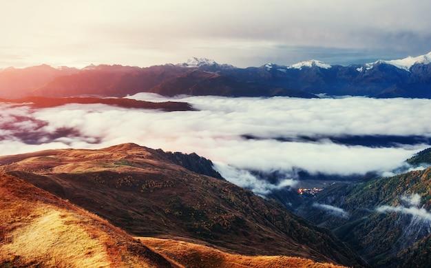 Dicker nebel auf dem bergpass goulet. georgia, swanetien. europa.