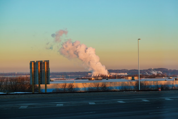 Dicker rauch von wärmekraftwerken über den wohngebieten der stadt