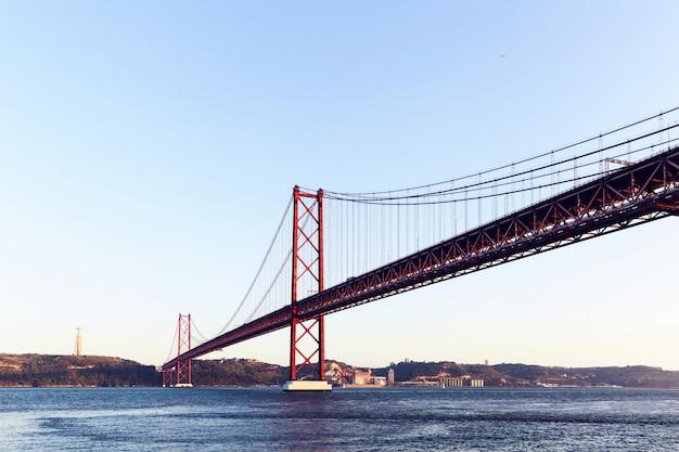 Die 25 de abril stahl-suspendierungsbrücke in lissabon