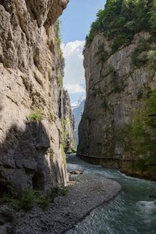 Die aare-schlucht ist ein abschnitt der aare, der sich durch einen kalksteinkamm in der nähe der stadt meiringen in der schweizer region des berner oberlandes bildet.