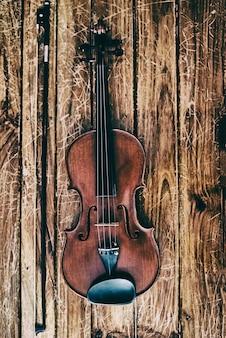 Die abstrakte kunst desig nbackground der hölzernen violine und des bogens gesetzt