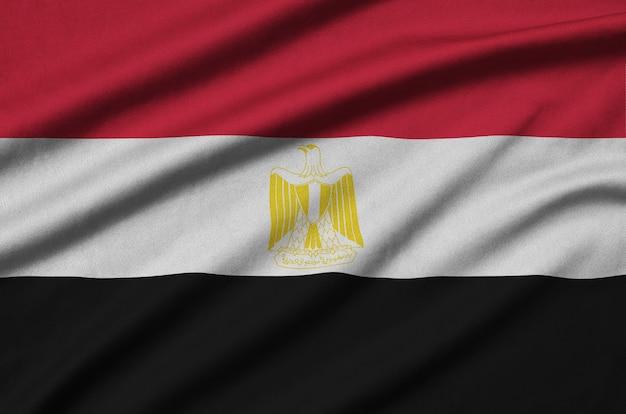 Die ägyptische flagge ist auf einem sportstoff mit vielen falten abgebildet.
