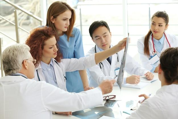 Die ärzte untersuchten die röntgenaufnahme im büro