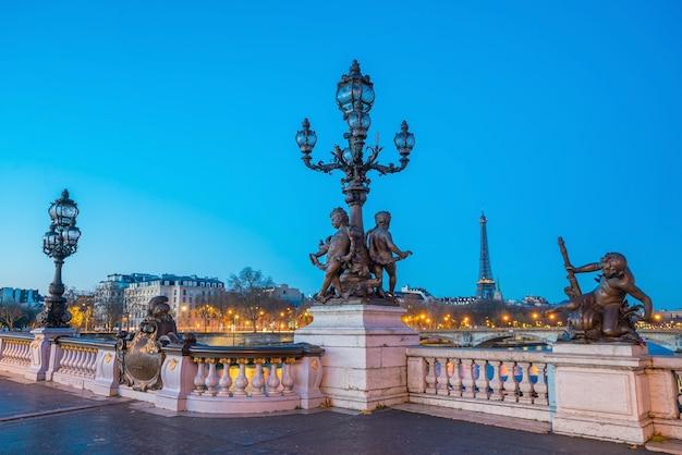 Die alexander-iii-brücke über die seine in paris, frankreich bei sonnenaufgang