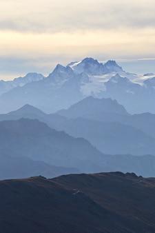 Die alpen im herbst, sonnenuntergang vom gipfel der felsigen berggipfel und grate