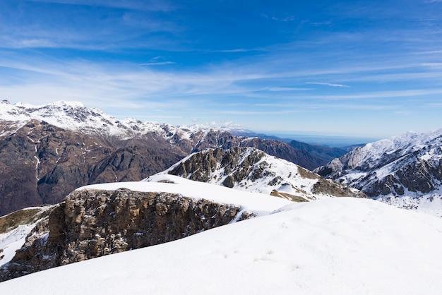 Die alpen im winter, sonniger tag schneien atemberaubende ansicht des skiorts von der spitze