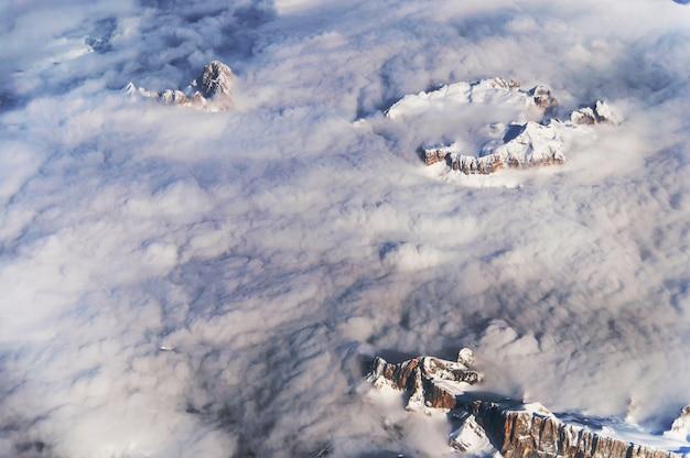 Die alpenansicht in österreich von einem flugzeug