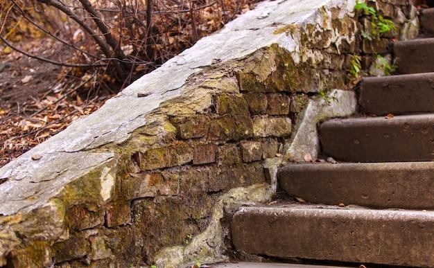 Die alte beschädigte treppe in verlassenem haus,