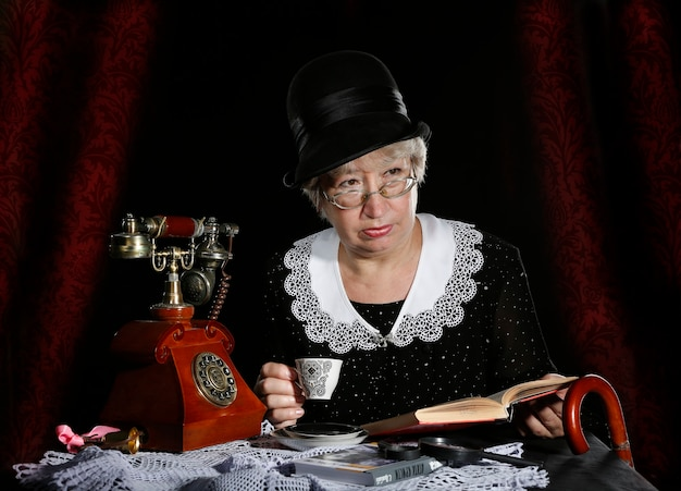 Die alte frau ist wie eine miss marple, frau miss marpul, englische detektivfigur, detektivfrau, aus dem buch von agatha christie