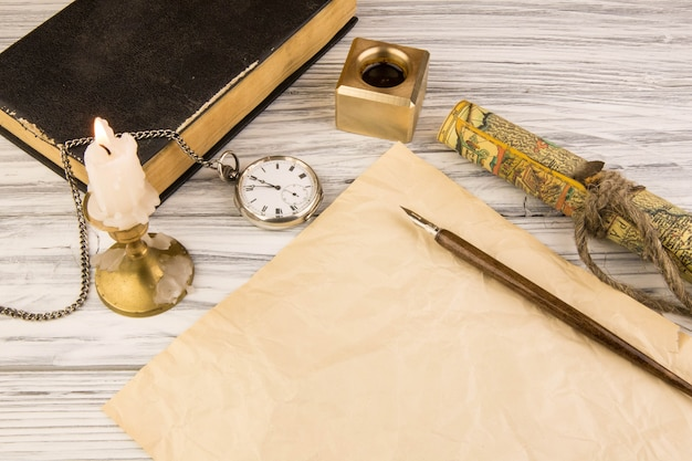 Die alte grifffeder und ein blatt papier mit einer kerze