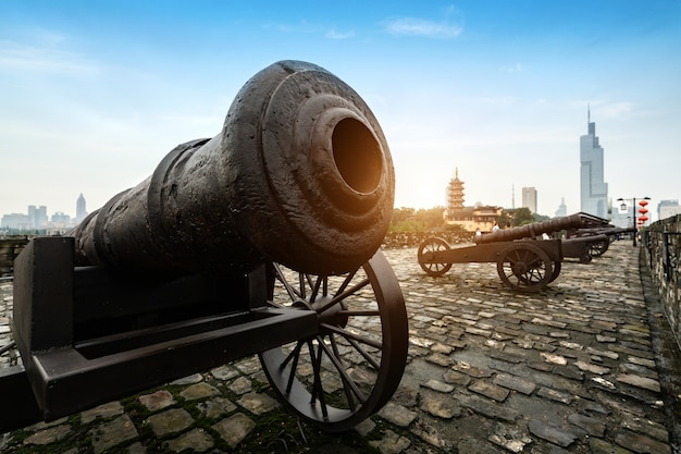 Die alte kanone ist an der wand