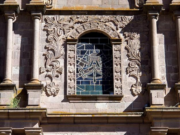 Die alte kirche in der kleinen stadt auf altiplano, peru, südamerika
