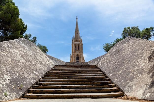 Die alte steintreppe führt zur traditionellen kirche auf dem friedhof addolorata in malta n