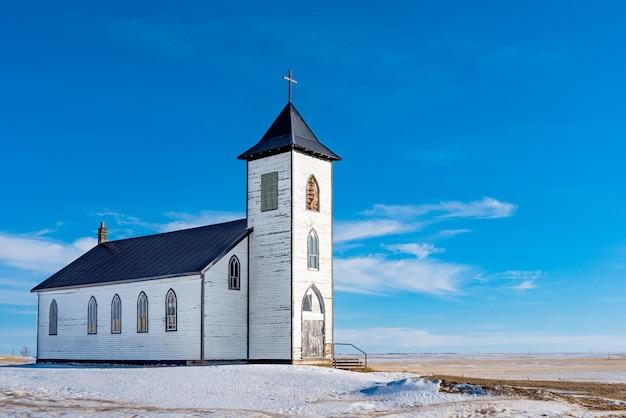 Die alte und verlassene römisch-katholische kirche st. elizabeth mission außerhalb von gravelbourg, sk, kanada