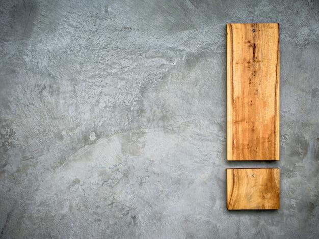 Die alten betonmauern sind mit holzplatten verziert
