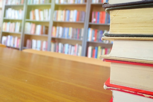 Die alten bücher auf dem holztisch in der bibliothek.