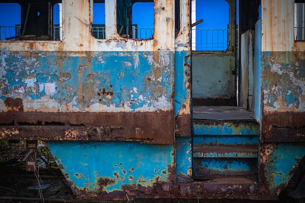 Die alten eisenbahnwaggons in einem verlassenen bahnhof.
