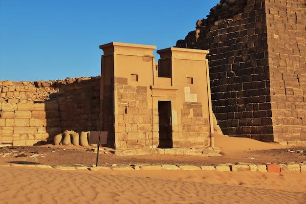 Die alten pyramiden von meroe in der sudan-wüste