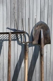 Die alten rostigen werkzeuge, geräte oder haushaltsgeräte