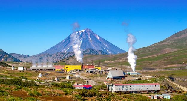 Die alternative energie des geothermischen kraftwerks auf der halbinsel kamtschatka