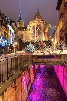 Die altstadt von colmar ist zu weihnachten dekoriert und beleuchtet