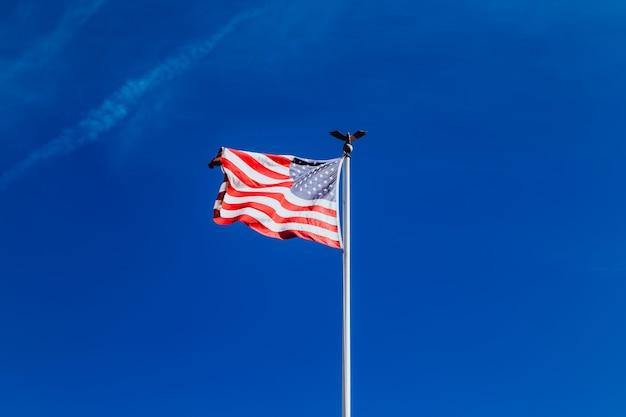 Die amerikanische flagge am himmel. glücklicher 4. juli usa unabhängigkeitstag