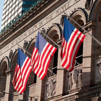 Die amerikanische flagge auf dem äußeren eines gebäudes in boston, massachusetts, usa