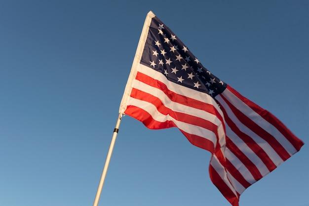 Die amerikanische flagge vor dem hintergrund des himmels