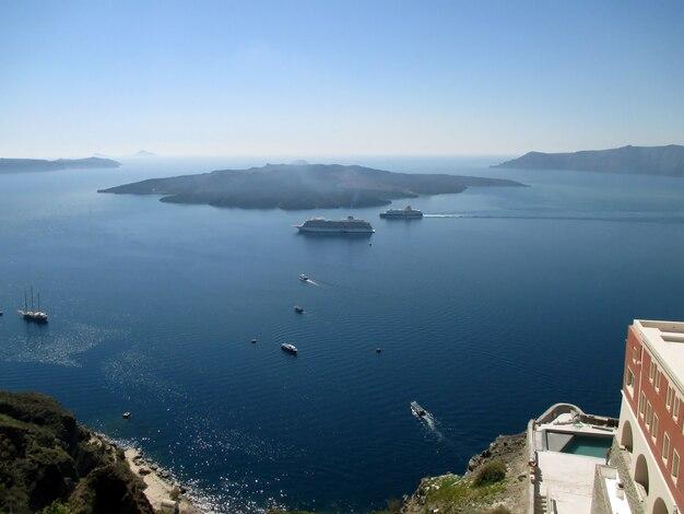 Die ansicht der vulkaninsel nea kameni von fira-dorf von santorini, griechenland