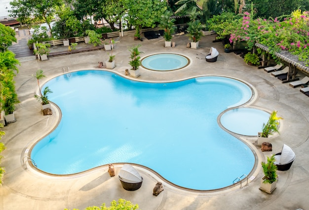 Die ansicht des swimmingpools im hotel