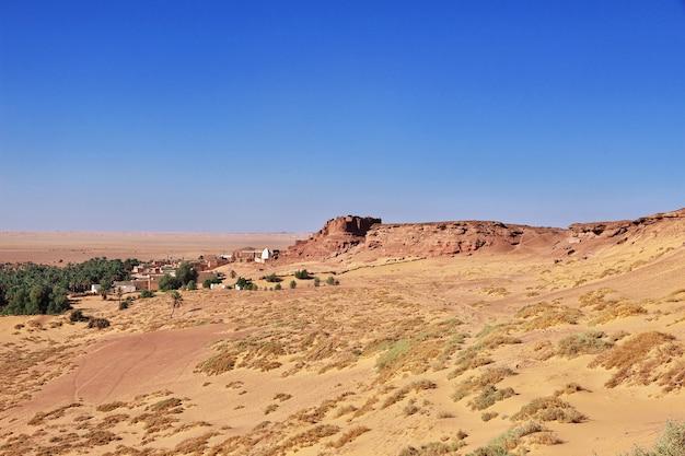 Die ansicht über alte festung in timimun verließ stadt in sahara-wüste, algerien