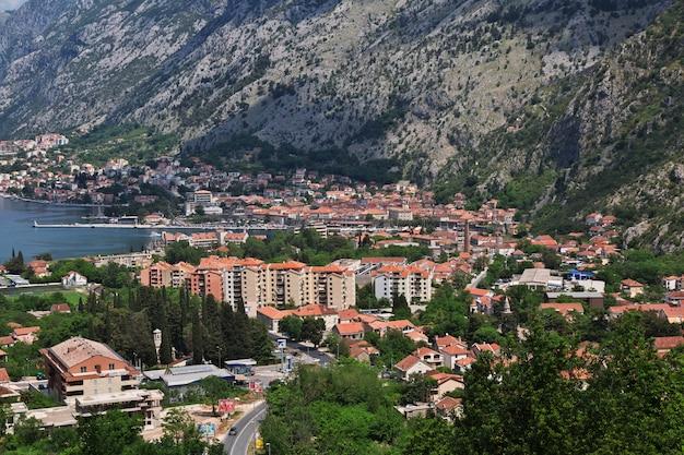 Die ansicht über alte stadt kotor auf der adriatischen küste, montenegro