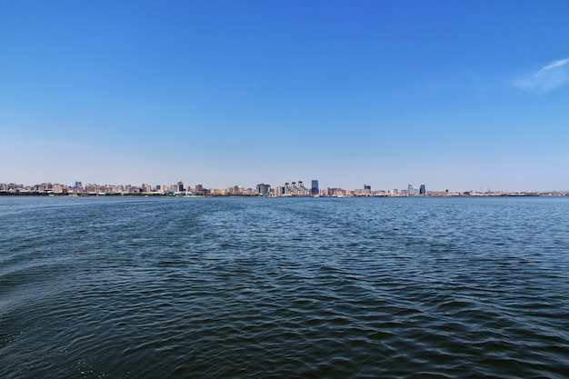 Die ansicht über baku-stadt vom kaspischen meer, aserbaidschan