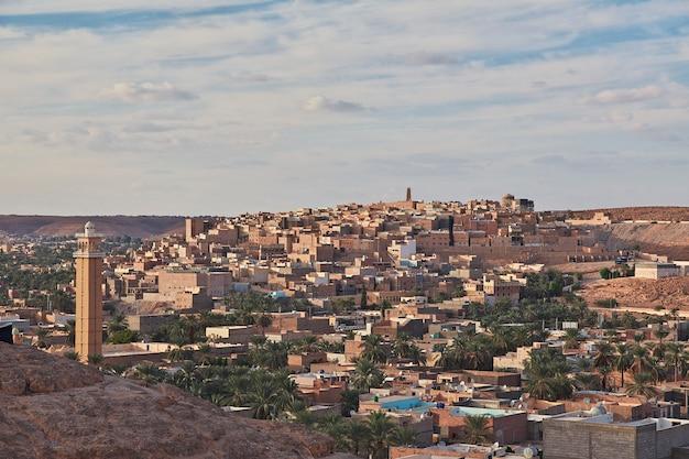 Die ansicht über ghardaia-stadt in sahara-wüste, algerien