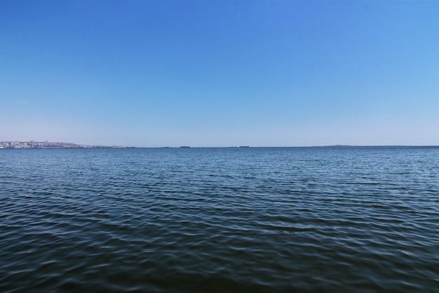 Die ansicht über meer in baku, aserbaidschan