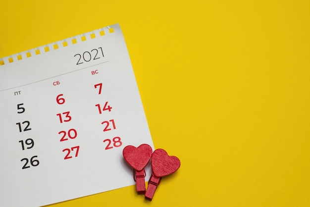 Die ansicht von oben, kalender am 14-02-2021 valentinstag